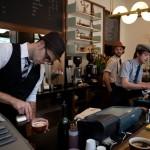 Kaip einant neišpilti kavos?
