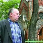 Uolią katalikę laidojo kryžiumi pasirėmęs ir nesąmones tauškiantis girtas kunigas