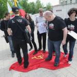 Tautinio jaunimo sąjungos atstovai prie Vidaus reikalų ministerijos sutrypė ir suplėšė audeklą su sovietų simboliais