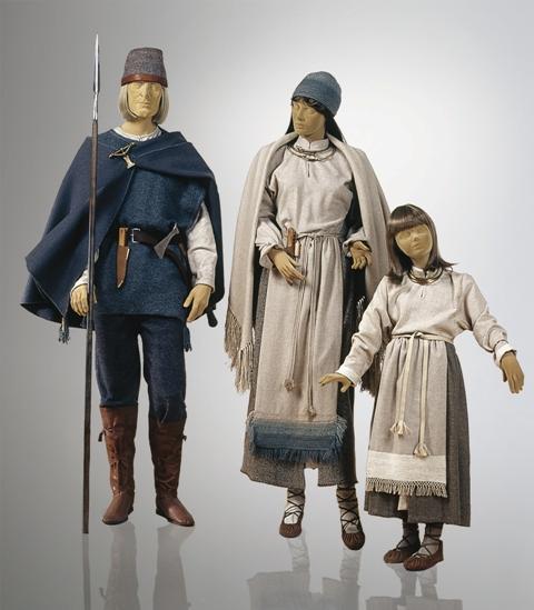 Lietuvių (rytų baltų) genties kostiumas Lietuvos nacionaliniame muziejuje. VII–VIII a. Pagal Karmazinų ir Neravų pilkapių tyrinėjimų medžiagą Kęstučio Stoškaus nuotrauka