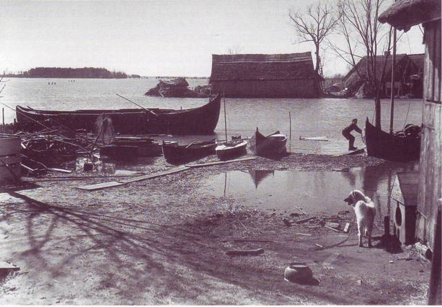Sodybos laivynas. Kurėnas, venterinė, vidutine, mažoji irklinės valtys ir pramoginė burvaltė (U. Lachauer)