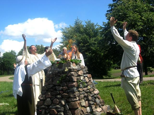 Šventosios ugnies apeiga Kauno Santakoje prie Deivės Mildos aukuro. Foto baltai.lt