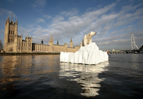 """AFP/""""Scanpix"""" nuotr. / Skulptūra Temzės upėje primena apie globalinį atšilimą."""