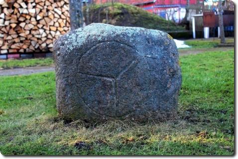Nendryne, vokiečių statytame bangolaužyje Nidoje rastas akmuo su iškaltu ženklu tapo neįmenama mįslė. Deniso Nikitenkos nuotraukos