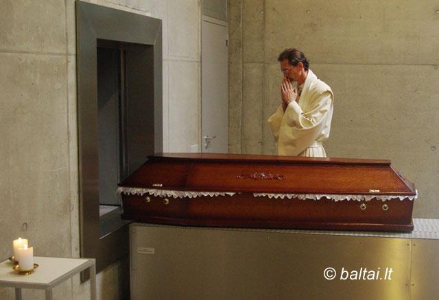 Baltiškomis apeigomis mirusiojo lydėjimas Kėdainių krematoriume. Iš asmeninio L.Balsio archyvo