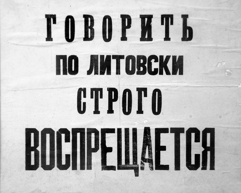 Lentelės, kabėjusios valdiškose įstaigose Lietuviškai kalbėti griežtai draudžiama.