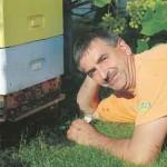 Kasdien rūpi šimtas bičių šeimų