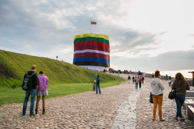 Andriaus Ufarto/BFL nuotr. / Trijų Baltijos šalių vėliavomis apgaubtas Gedimino pilies bokštas.