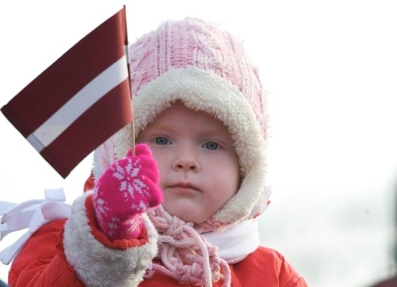 ILMARS ZNOTINS nuotr. / Latvijos vėliava vaiko rankose