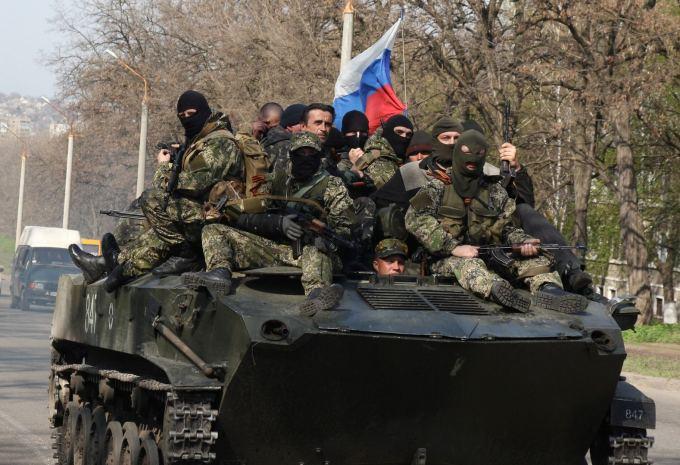 """AFP/""""Scanpix"""" nuotr. / Rusų šarvuočai su """"žaliais žmogeliukais"""" netoli Kramtorsko miesto"""