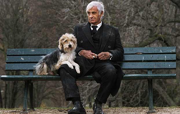 """Nuotraukoje: Ž. P. Belmondo su šuneliu Paryžiaus parke. Kadras iš filmo """"Žmogus ir jo šuo"""", 2009. Foto: tontonsflingueurs.actifflorum.com"""
