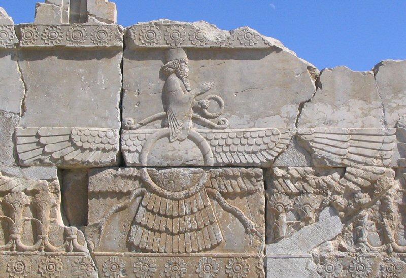 """Ahuramazda: """"išmintingas valdovas"""",senovės iraniečių  vyriausiasis dievas , kurio kultas buvo dauginamas legendinio pranašo Zaratustros. Achaemenians taip pat garbino Ahuramazda, nors neaišku, ar jie buvo zoroastriečių."""