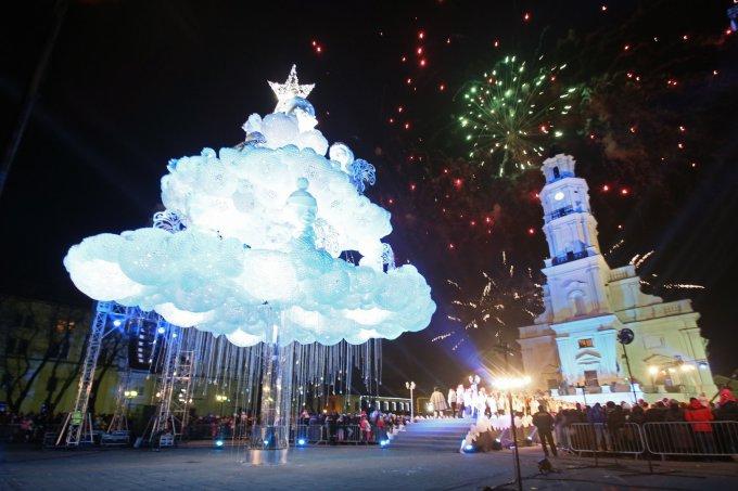 """Eriko Ovčarenko/15min.lt nuotr. / Kaunas įžiebė pagrindinę miesto eglę, kurią jau spėta pavadinti """"debesų egle""""."""