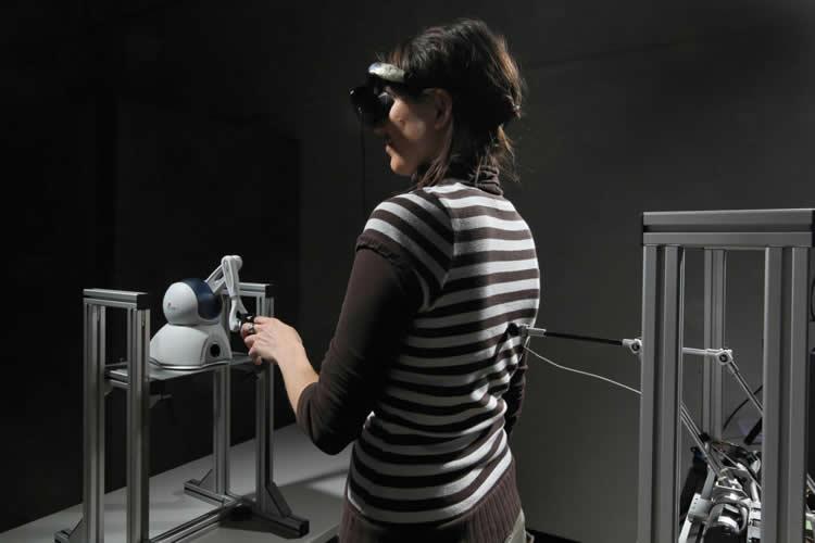 Šis paveikslėlis vaizduoja žmogų patiriantį vaiduoklio iliuziją laboratorijoje.  Alain Herzog / EPFL.