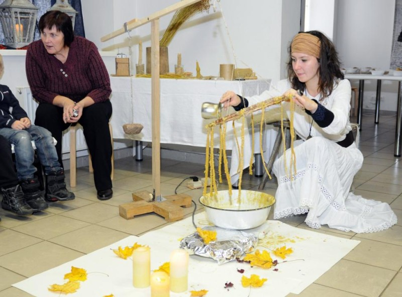 A. Šablinskienė vaikus mokė senojo žvakių liejimo amato. U. Mikaliūno nuotr.