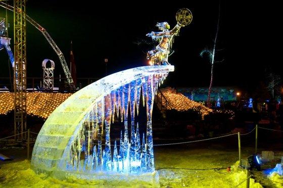 Festivalio rengėjų nuotr./Ledo skulptūra Jelgavos ledo festivalyje