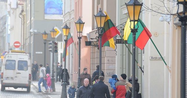 """PROGRESAS. Teigiama, jog prieš kelis metus situacija Klaipėdoje buvo daug prastesnė - pirmo patikrinimo metu net ant pusės pastatų vėliavą buvo """"pamiršta"""" iškelti. Dabar vaizdelis jau kitoks. © Eimanto CHACHLOVO nuotr."""