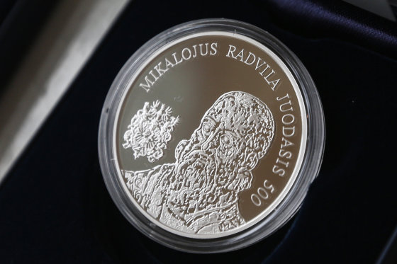 Juliaus Kalinsko/15min.lt nuotr./20 eurų kolekcinę sidabro monetą, skirtą Mikalojaus Radvilos Juodojo 500-osioms gimimo metinėms.