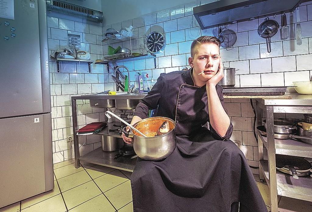Septyniolikmetis R.Galvonas kiekvieną savaitgalį rengia banketus:  ir gamina patiekalus, ir pats aptarnauja svečius. A.Srėbalienės nuotr.