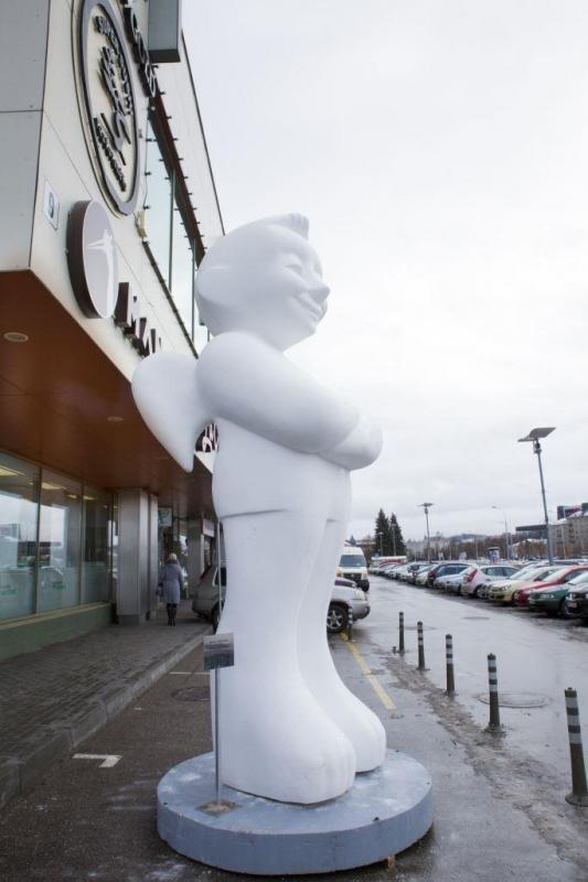 """Vaidas Ramoška, """"Baltasis angelas"""" prie Vilniaus Centrinės universalinės parduotuvės. 2016 m."""