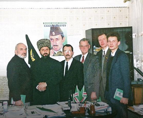 Lemtingi signatarui A.Patackui (kairėje) buvo 1994-ieji, kai jis su kolegomis parlamentarais lankėsi Čečėnijoje.