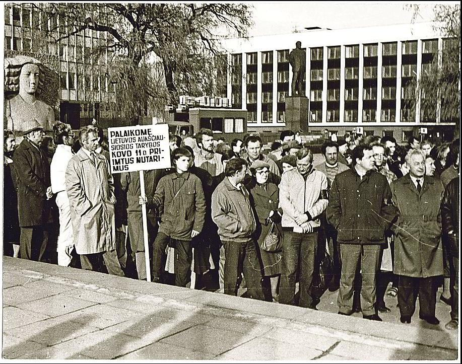 Kauniečiai, susirinkę Vienybės aikštėje, kaip ir jų rinkti deputatai į Aukščiausiąją Tarybą, ryžtingai pritarė Kovo 11-ąją priimtiems sprendimams. Nuotr. iš LR archyvo, nuotr.