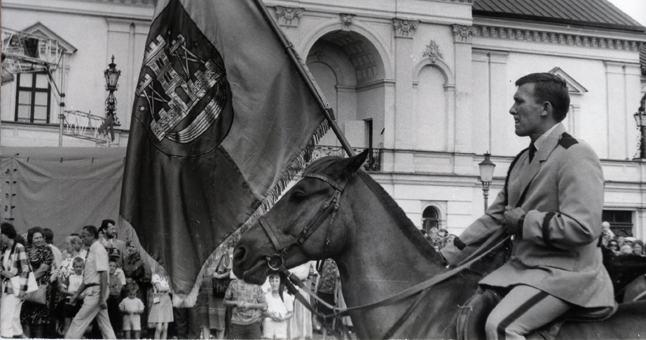 Miesto vėliava Teatro aikštėje (1992-08-01).