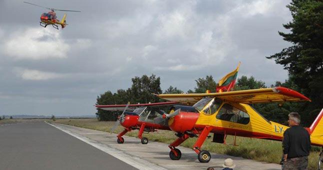 Sportiniai lėktuvai, sraigtasparnis Nidos oro uoste.  ve.lt archyvo nuotr.