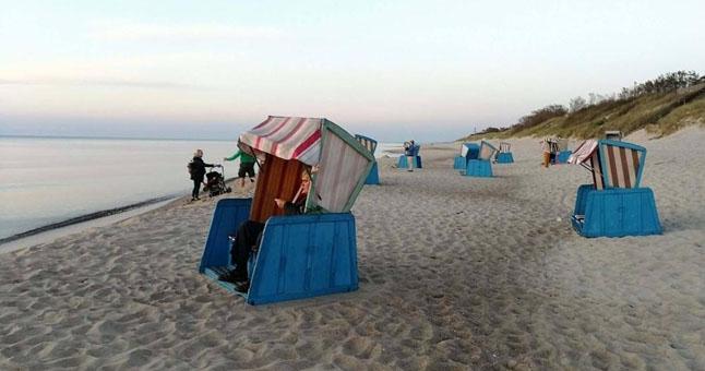 Nidoje pastatytas paplūdimių inventorius iškart sulaukė žmonių susidomėjimo. © Sandros VAIŠVILAITĖS nuotr.