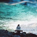 Kanklėmis grojanti lietuvė didžiausio Europos ledyno urve sukūrė muzikinį performansą